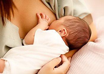 Как правильно кормить новорожденного ребенка первый раз