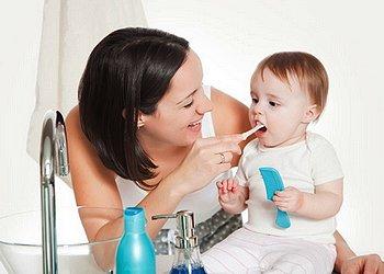 Как правильно ухаживать за первыми зубами младенца