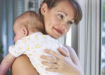 Почему новорожденный срыгивает после кормления