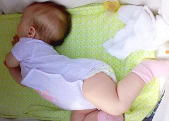 новорожденный высовывает язык