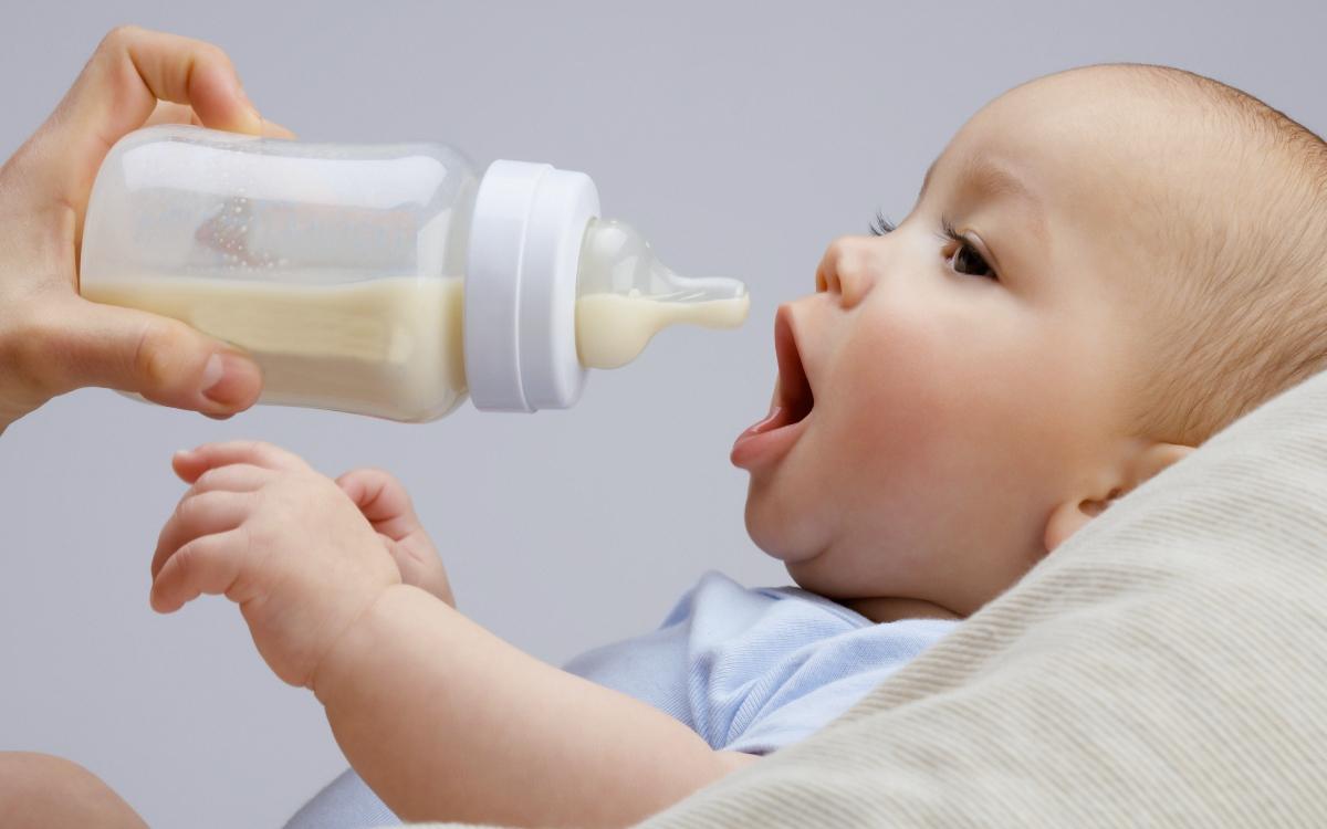 Новорожденный ребенок норма смеси