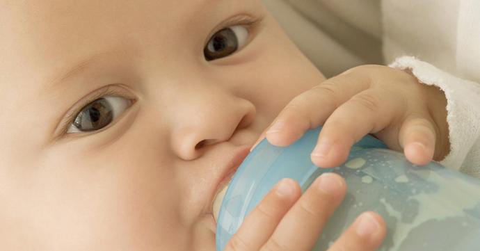 ребенок не берет грудь психует и плачет