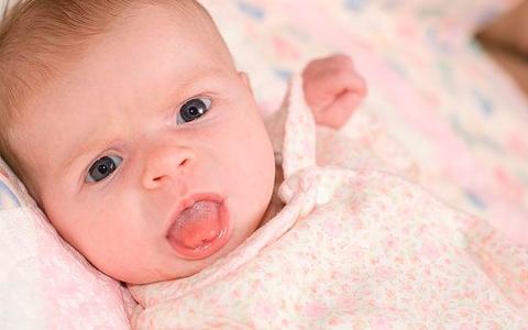 Причины высовывания язычка новорожденным