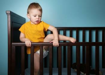 почему ребенок не хочет спать отдельно и как приучить его спать в своей кроватке