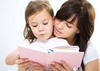 мама с ребенком читают развивающую  сказку пазл