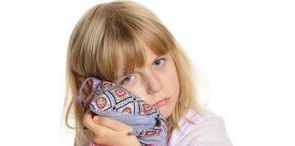 болит ухо у ребенка первая помощь